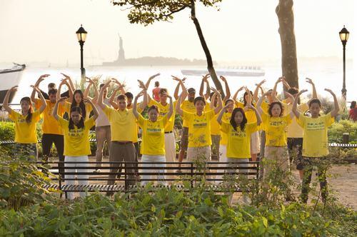 数百名来自纽约、台湾和欧洲的法轮功学员在纽约曼哈顿炮台公园集体炼功。(摄影﹕戴兵/大纪元)
