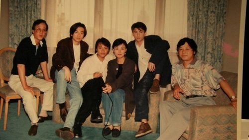 大连电视台「太阳雨节目」前主持人张伟杰(左四)与小虎队的合影照。