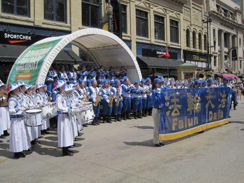 2014-7-6-minghui-calgary-parade-03