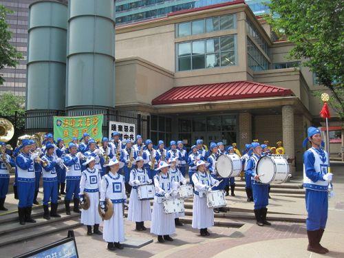 2014-7-6-minghui-calgary-parade-04