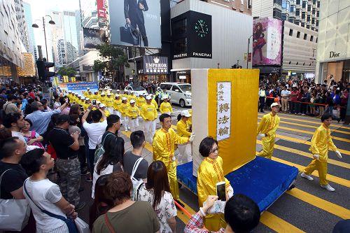 2015-4-26-minghui-hk-parade1-425-04