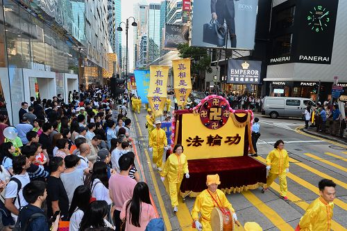 2015-4-26-minghui-hk-parade1-425-06