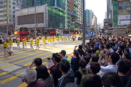 2015-4-26-minghui-hk-parade1-425-09